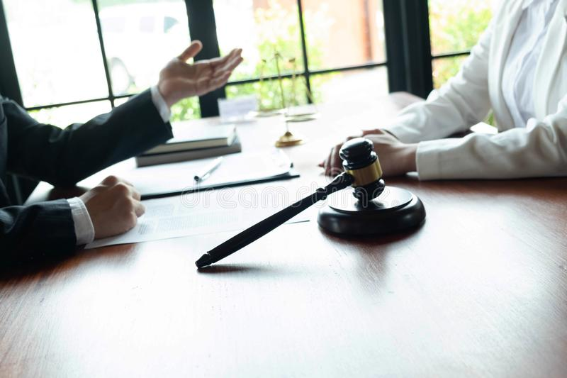 O advogado fornece o conselho, conselho, propostas legais Exame de documentos jur?dicos imagens de stock royalty free