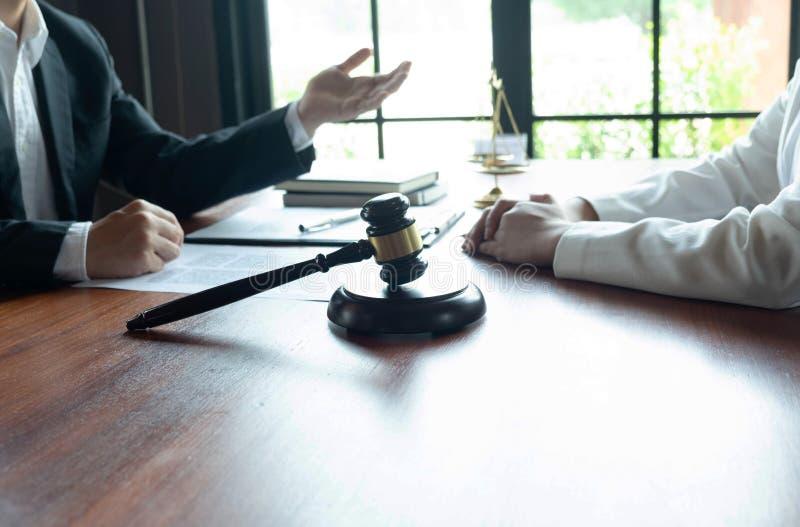 O advogado fornece o conselho, conselho, propostas legais Exame de documentos jur?dicos fotos de stock