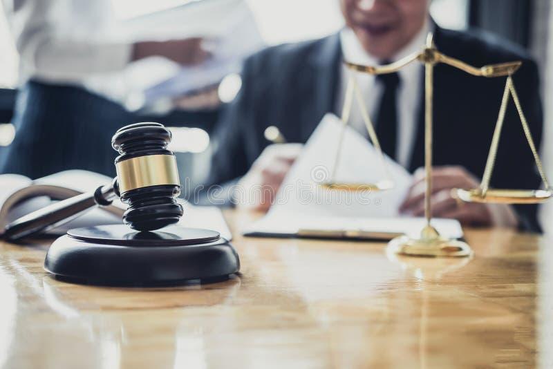 O advogado ou o conselheiro masculino que trabalham na sala do tribunal t?m a reuni?o com cliente s?o consulta com pap?is do cont imagem de stock