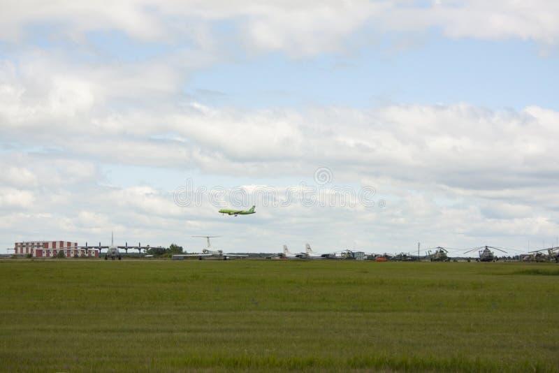 O aeródromo, lá é helicópteros e aviões imagens de stock