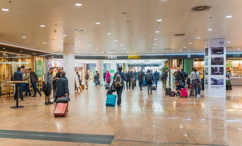 O aeroporto de Bruxelas, Bélgica, o 28 de março de 2019 Bruxelas, pessoa está verificando dentro para ver se há seus voos fotos de stock royalty free