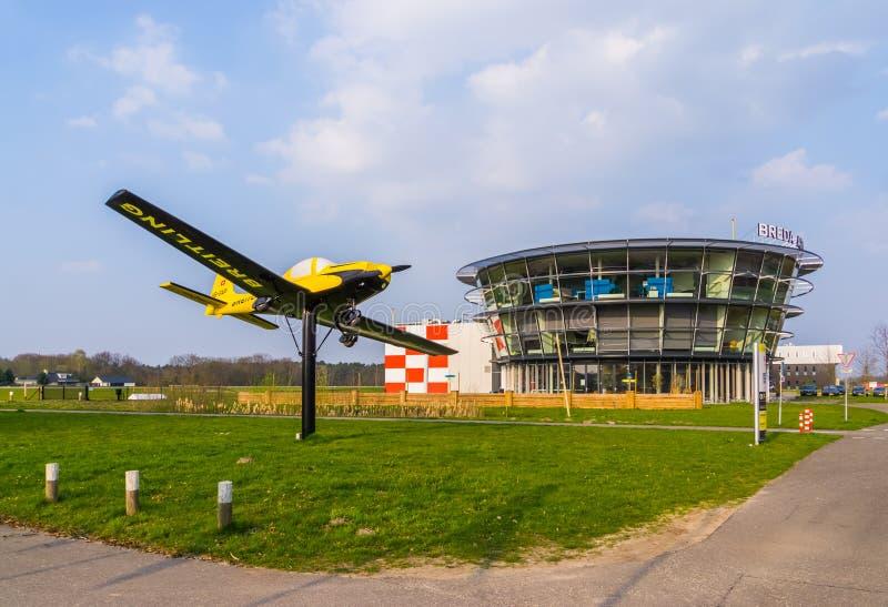 O aeroporto do bosschenhoofd com avião, seppe breda da aviação, os Países Baixos, o 30 de março de 2019 imagem de stock