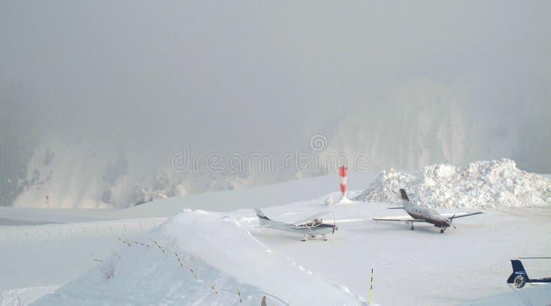 O aeroporto nas montanhas fotografia de stock royalty free