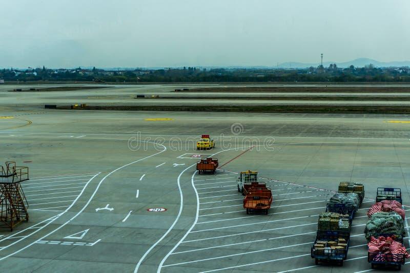 O aeroporto segue-me carro foto de stock