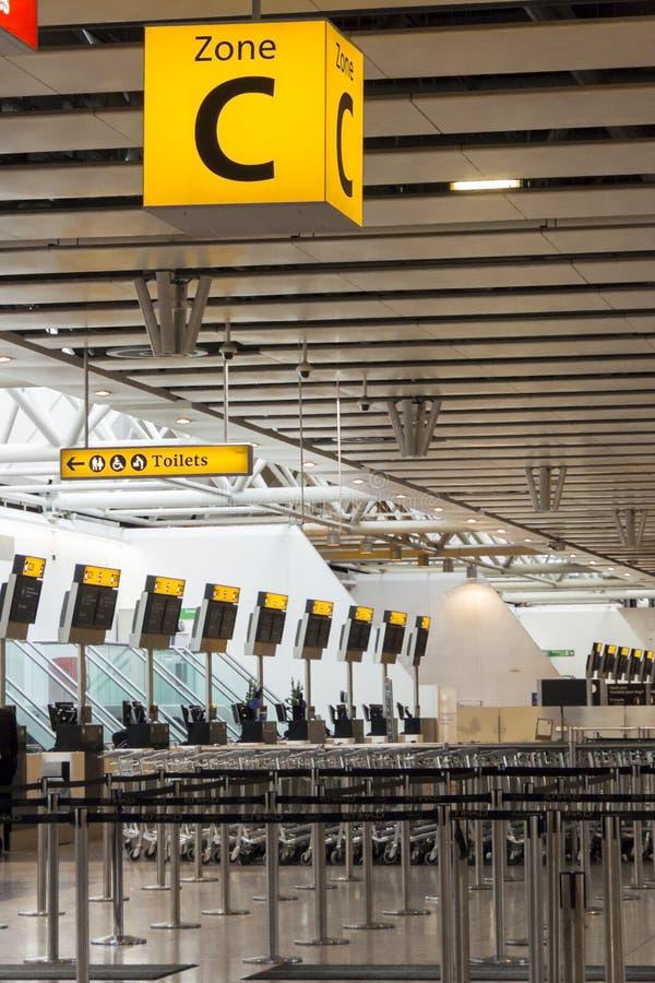 O aeroporto verifica dentro mesas e sinal da zona C foto de stock royalty free