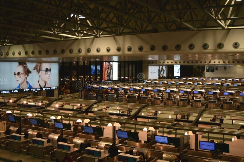 O aeroporto verifica dentro mesas Milan Malpensa imagens de stock