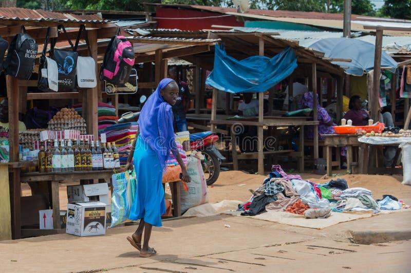 O africano bonito olhou para trás, indo no mercado (Bomassa, a república de Congo) imagens de stock royalty free