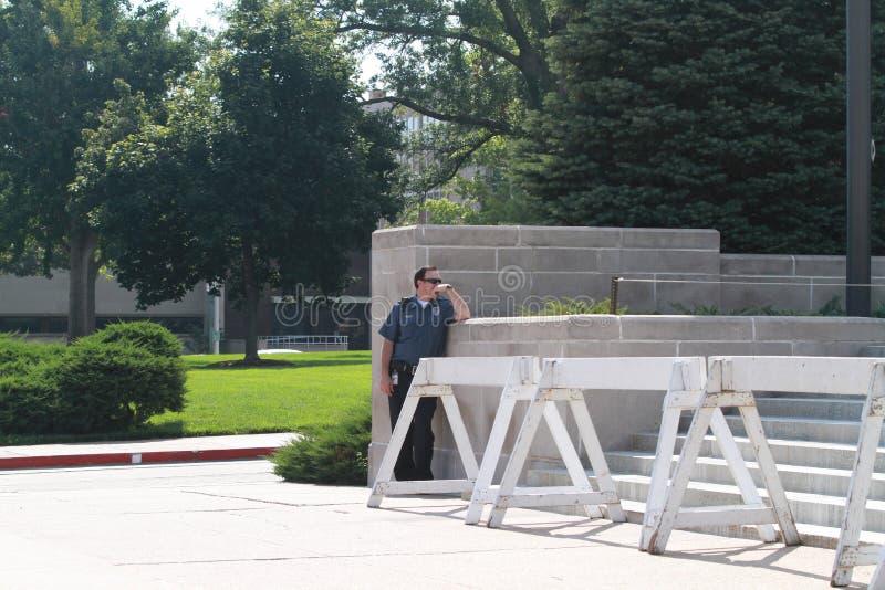 O agente da polícia espera em Lincoln State Capital em Nebraska fotos de stock royalty free