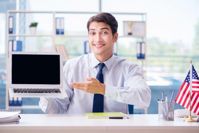 O agente de vendas que trabalha na agência de viagens imagem de stock