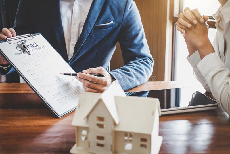O agente do corretor imobiliário que apresenta e consulta ao cliente a d imagens de stock