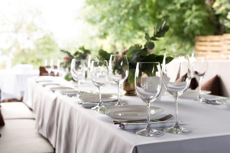 O ajuste da tabela do casamento decorou com flores frescas em um vaso de bronze Casamento floristry Tabela de banquete para convi fotos de stock