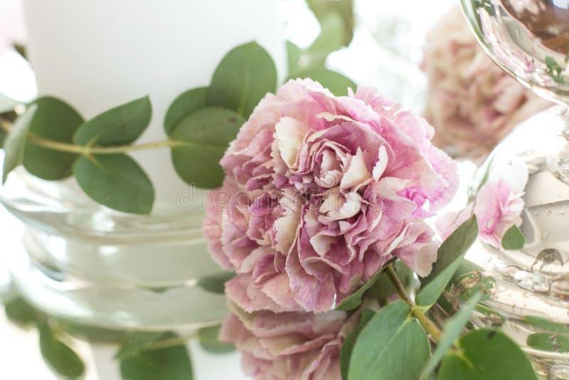 O ajuste da tabela do casamento para os recém-casados é decorado com as flores frescas das folhas do cravo, da rosa, do antúrio e fotos de stock royalty free