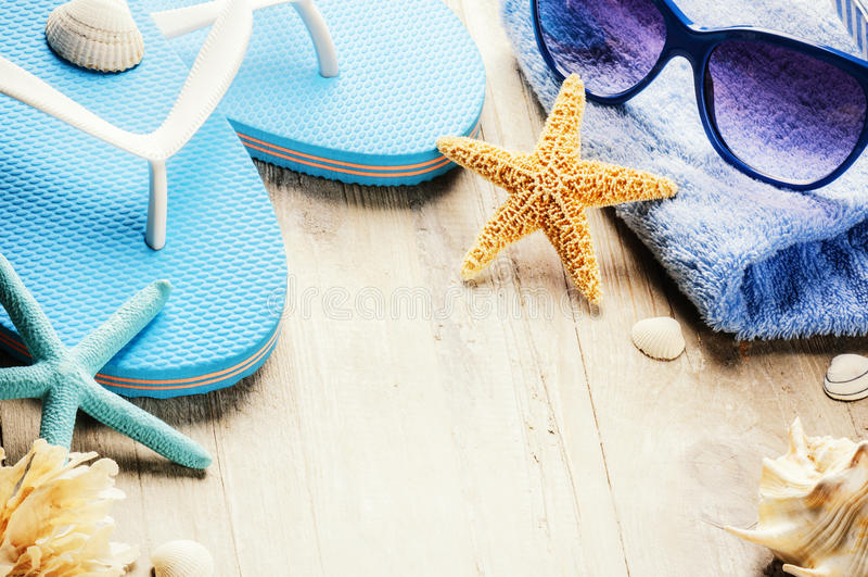 O ajuste das férias de verão com falhanços de aleta e a praia vestem imagem de stock
