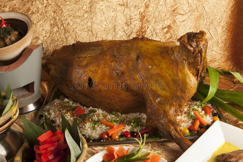 O ala inteiro Roasted do combustível da cabra com vegetais bate no meio imagens de stock royalty free