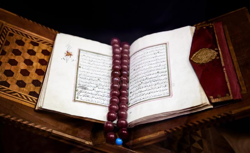 O Alcorão islâmico santamente velho do livro abriu no emperramento de couro com marrom imagens de stock