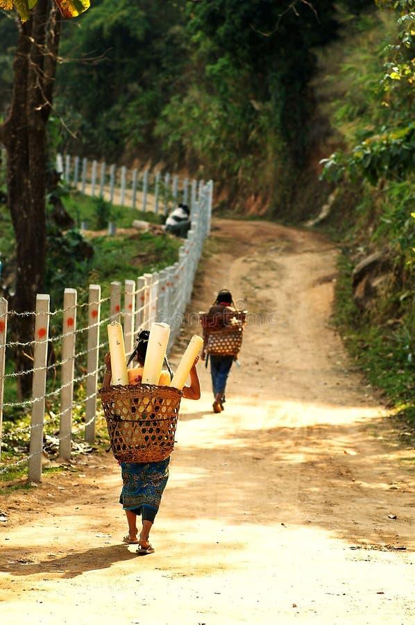 O aldeão do tribo do monte volta do trabalho imagens de stock