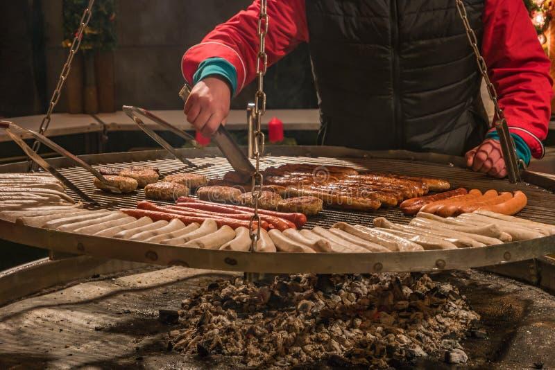 O alemão tradicional grelhou salsichas no mercado do Natal, Alemanha foto de stock