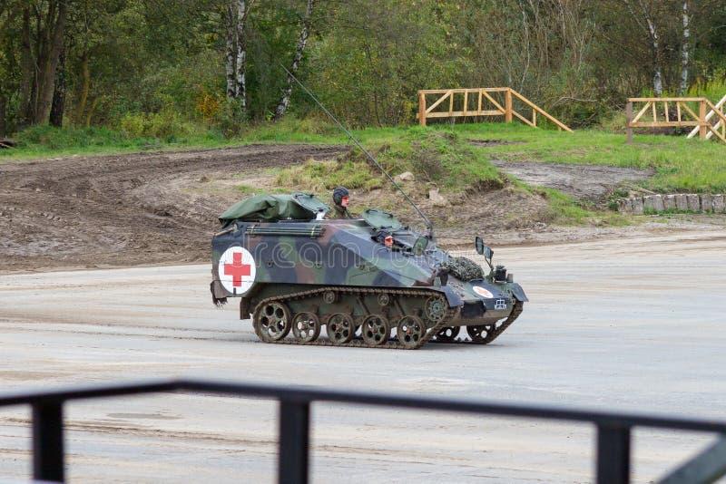 O alemão Wiesel, versão do médico de Rheinmetall está na plataforma perto do campo de batalha imagem de stock