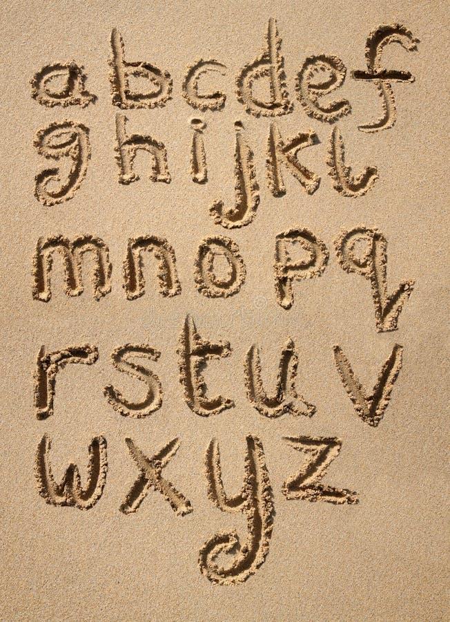 O alfabeto escrito na areia. fotografia de stock