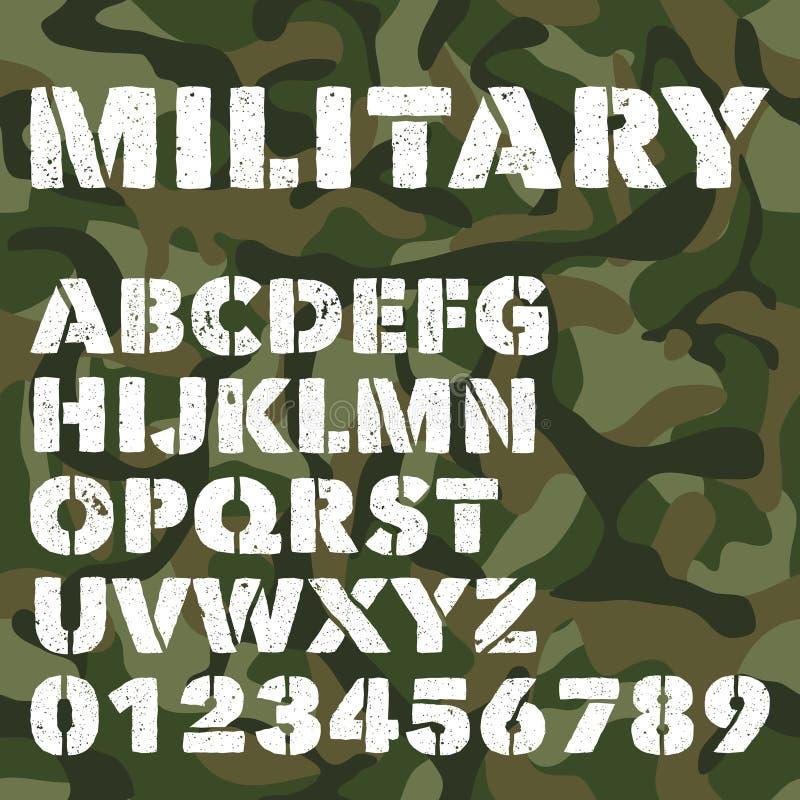 O alfabeto militar velho, as letras corajosas e os números no verde do exército camuflam o fundo Fonte de vetor do estêncil ilustração royalty free