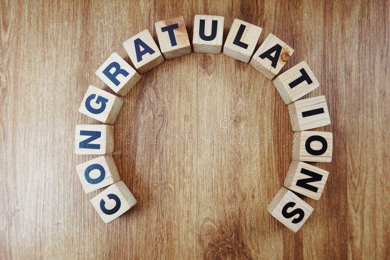 O alfabeto rotula felicitações com espaço para copiar no fundo de madeira fotografia de stock royalty free