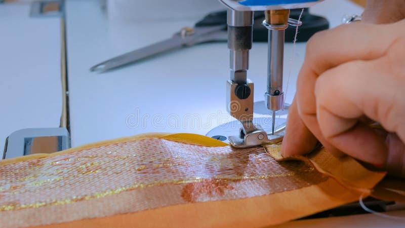 O alfaiate profissional, costura do desenhador de moda veste-se com m?quina de costura fotos de stock
