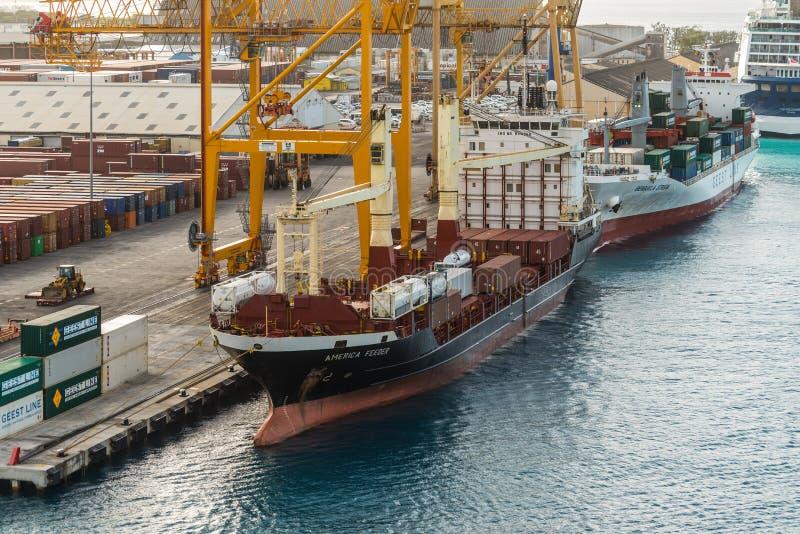 O alimentador de América da embarcação de recipiente amarrou no porto de Bridgetown, vagabundos imagem de stock