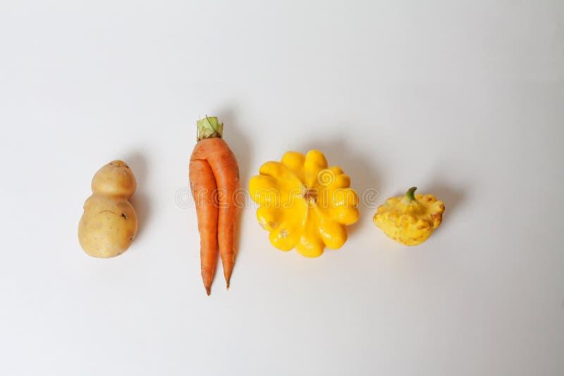 O alimento biológico feio na moda frutifica os vegetais isolados no branco fotografia de stock