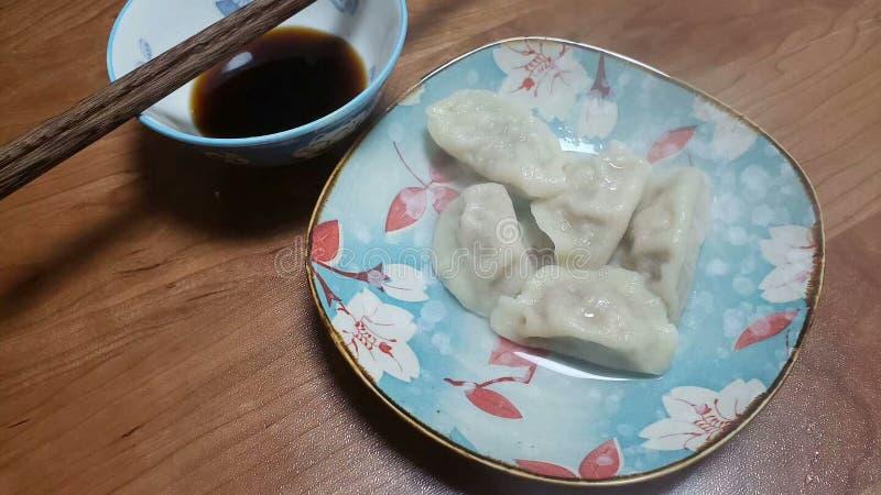 O alimento chinês tradicional é colocado em pratos especialmente feitos fotos de stock