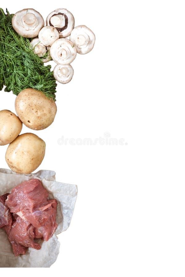 O alimento cru cresce rapidamente cogumelos, carne de carne de porco, batatas, verdes do aneto imagens de stock