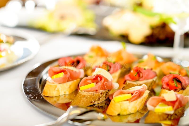 O alimento da bandeja dos canapes da restauração detalha aperitivos foto de stock royalty free