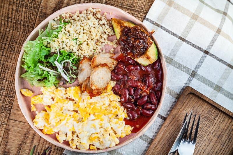 O alimento da vista superior liso coloca Café da manhã inglês tradicional da culinária moderna com espaço da cópia P? de galinha  imagens de stock royalty free