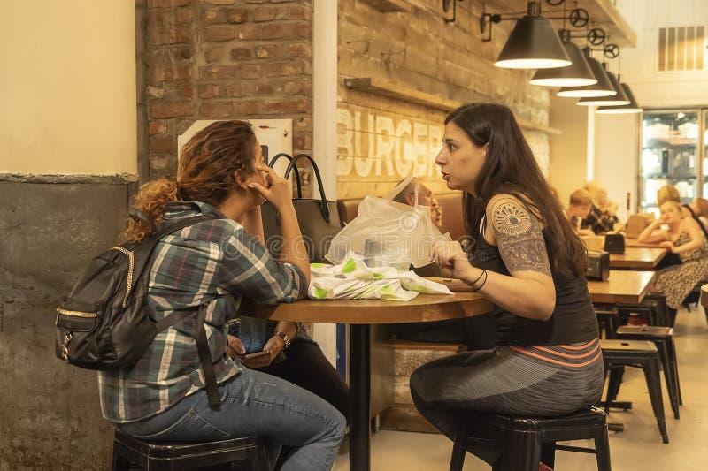 O alimento do mercado no distrito Manhattan NYC da vizinhança de Chelsea, povos que comem no restaurante do café chamou Friedman imagens de stock royalty free