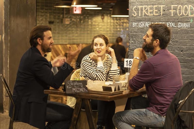 O alimento do mercado no distrito Manhattan NYC da vizinhança de Chelsea, povos que comem no restaurante do café chamou Friedman fotos de stock