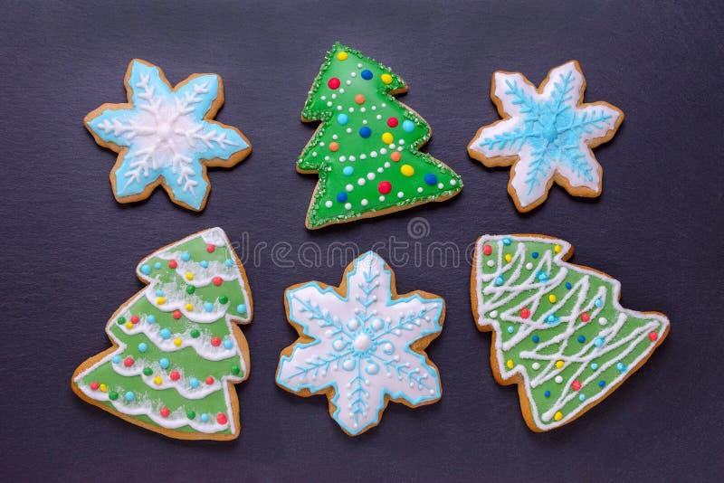 O alimento do Natal, pão-de-espécie feito a mão das cookies gosta de árvores e de flocos de neve de Natal fotografia de stock