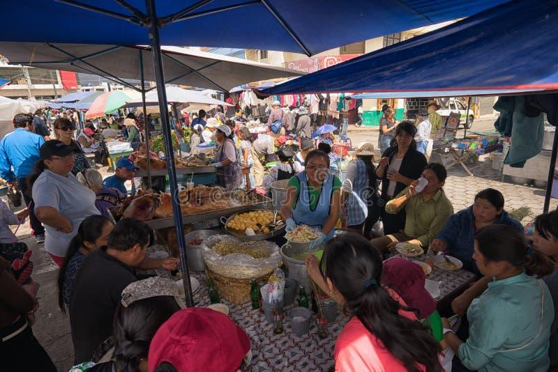 O alimento está no mercado do ` s do fazendeiro de sábado em Otavalo Equador fotos de stock