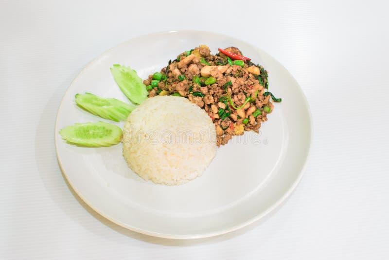 O alimento Fried Rice com manjericão fotos de stock royalty free