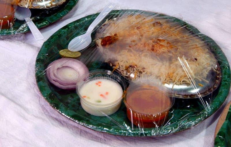 O alimento indiano da rua leva embora a galinha embalada Biryani imagens de stock