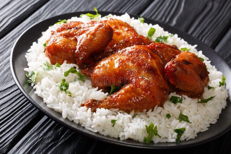 O alimento indonésio pôs de conserva a galinha cozida no alho, soja, gengibre a fotos de stock