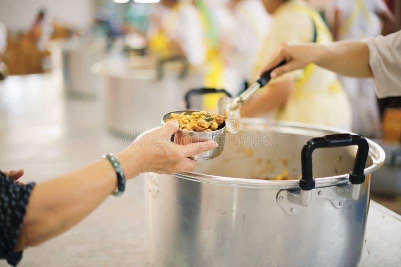 O alimento livre para pobres e os sem-abrigo doa o alimento ao alimento menos povos: Conceito do alimento da esperança imagens de stock