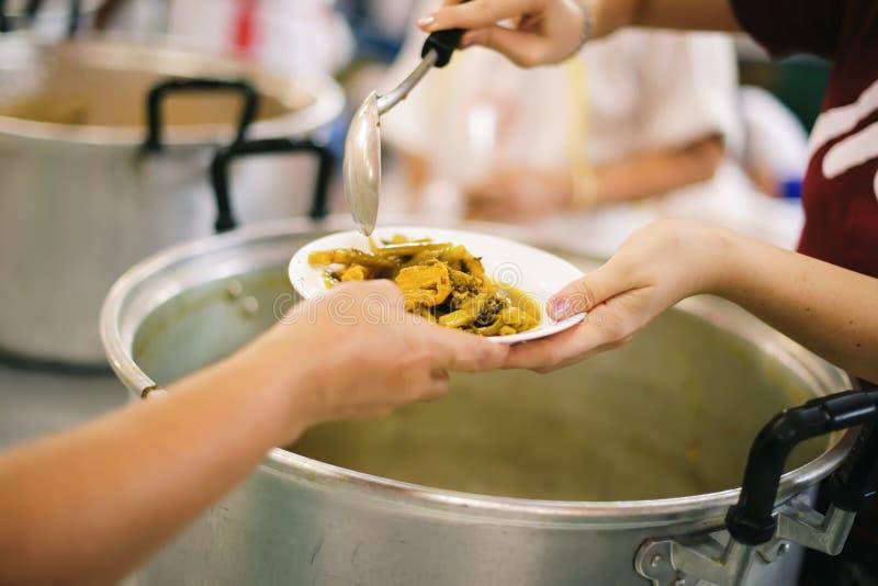 O alimento livre para pobres e os sem-abrigo doa o alimento ao alimento menos povos: Conceito do alimento da esperança imagens de stock royalty free