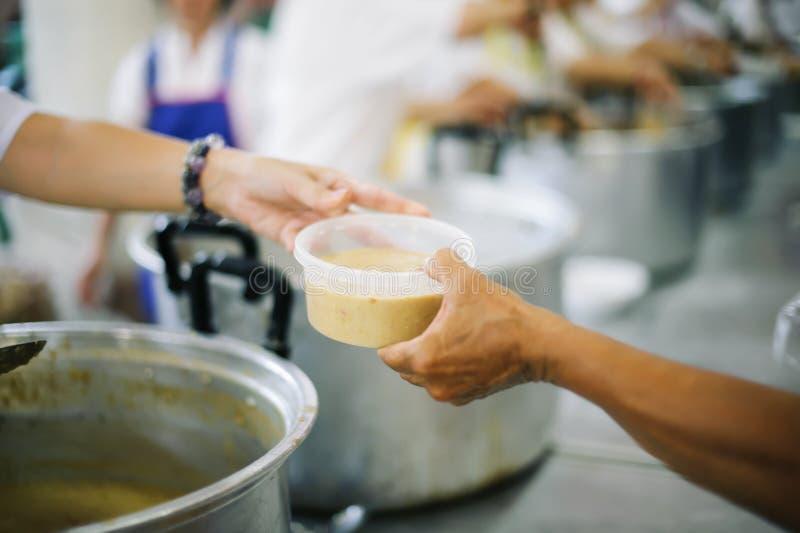 O alimento livre para pobres e os sem-abrigo doa o alimento ao alimento menos povos: Conceito do alimento da esperança fotografia de stock royalty free