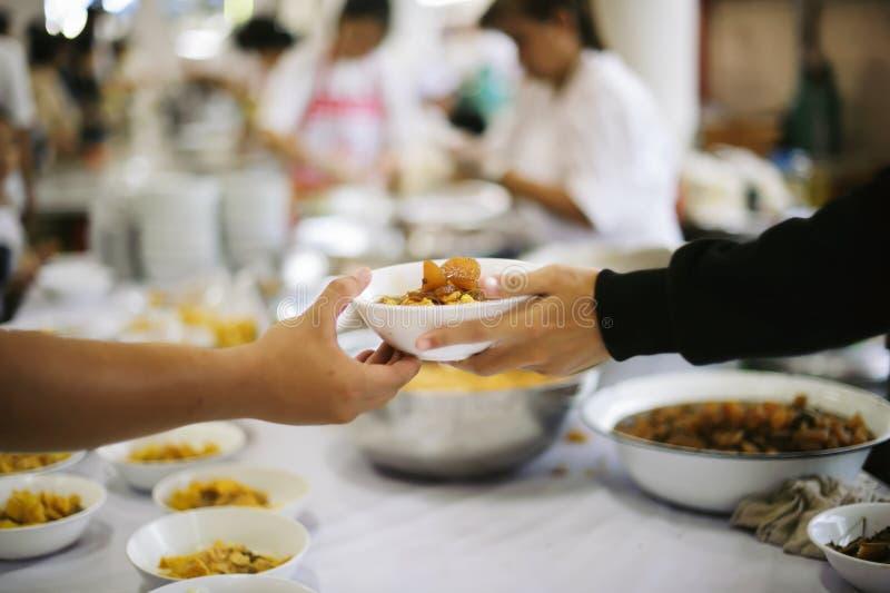 O alimento livre para pobres e os sem-abrigo doa o alimento ao alimento menos povos: Conceito do alimento da esperança fotografia de stock