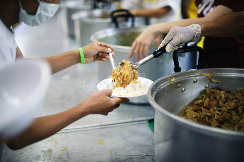 O alimento livre para pobres e os sem-abrigo doa o alimento ao alimento menos povos: Conceito do alimento da esperança fotos de stock
