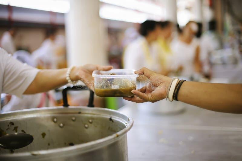 O alimento livre para pobres e os sem-abrigo doa o alimento ao alimento menos povos: Conceito do alimento da esperança fotos de stock royalty free