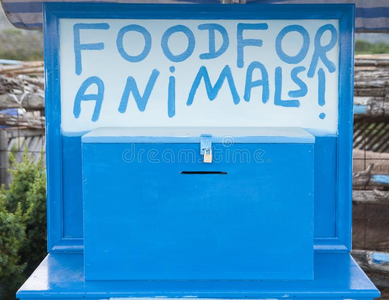 O alimento para animais assina na caixa segura azul fotos de stock