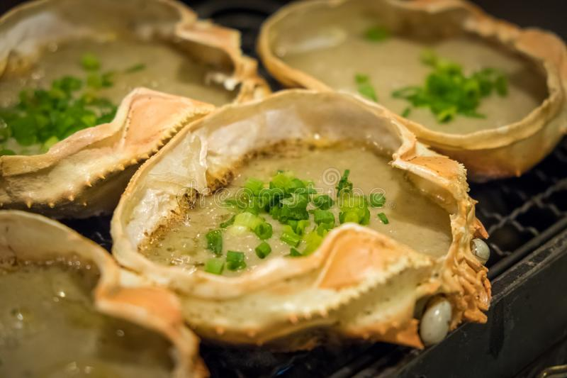 O alimento, a pasta do caranguejo e o ovo japoneses do caranguejo no escudo do caranguejo de rei grelharam o miso chamado de Kani fotos de stock