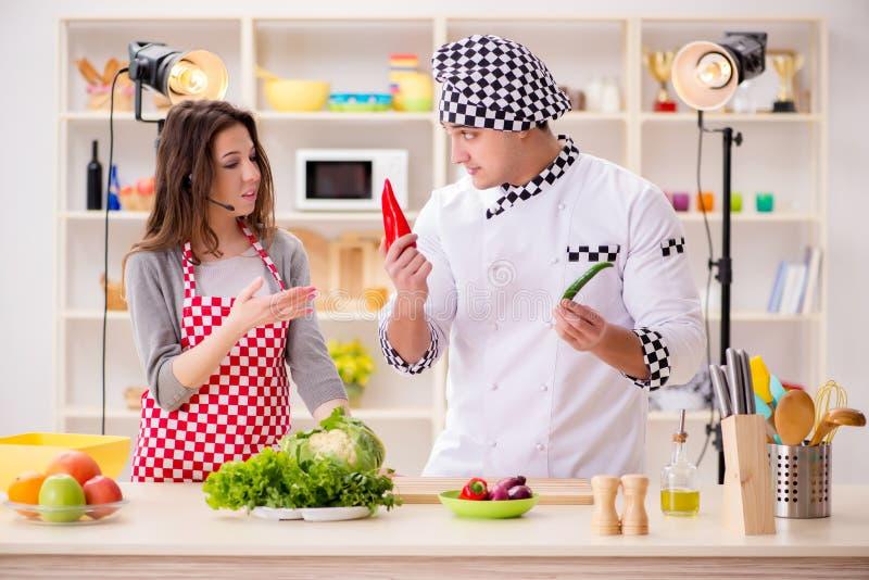 O alimento que cozinha o programa televisivo no estúdio fotografia de stock royalty free