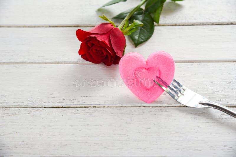 O alimento romântico do amor do jantar dos Valentim e ama cozinhar o conceito - ajuste romântico da tabela decorado com a flor co fotografia de stock royalty free