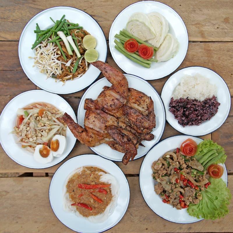 O alimento, a salada da papaia ou o som-tam tailandês do leste norte famoso cortaram o gril fotos de stock royalty free